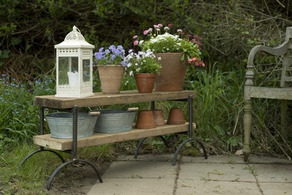 Blumenbank-Böcke und Holz